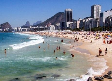 Banhistas cariocas aproveitam sol forte neste sábado (27)