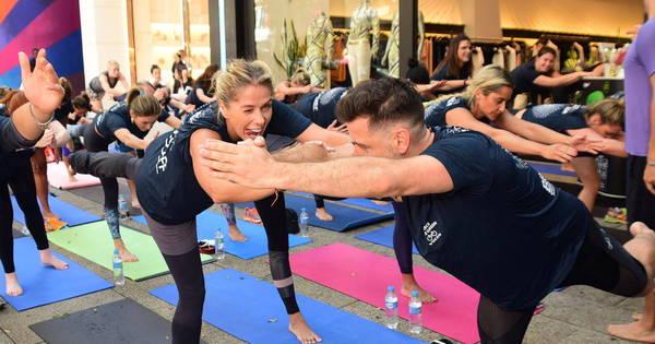 Adriane Galisteu promove aula de ioga com famosas no meio da ...