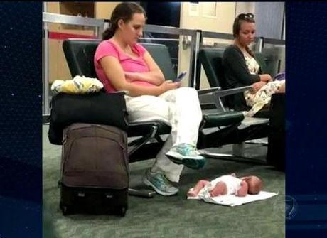Mãe usa celular enquanto filha<br />de dois meses dorme no chão