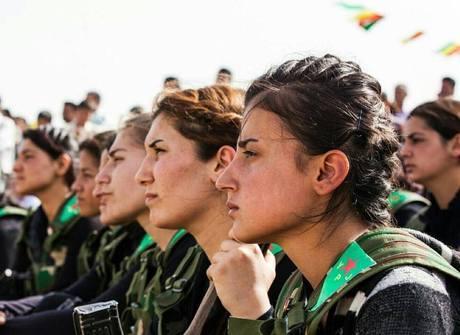 Curdas explicam por que usam batom e maquiagem na guerra