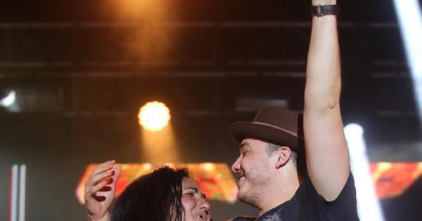Wesley Safadão recebe carinho de fã no palco do Festeja Niterói ...