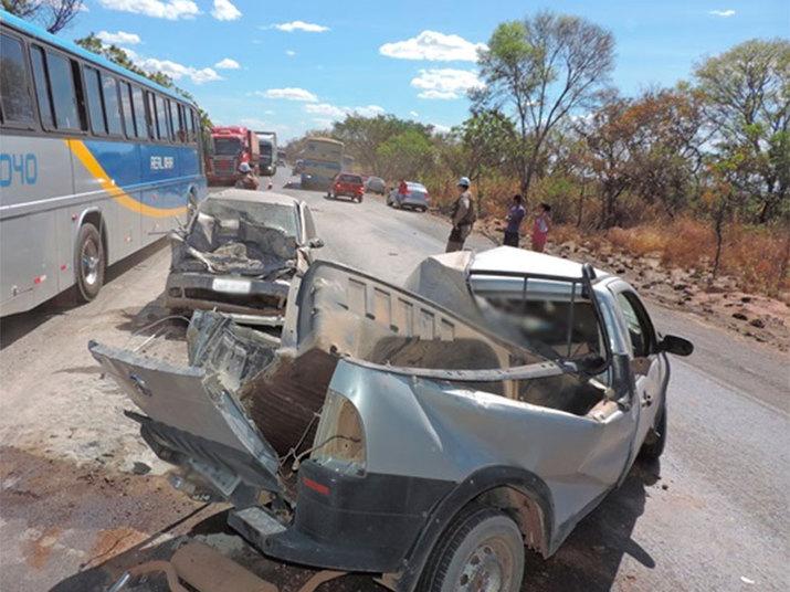 Uma pessoa morreu e três ficaram feridas, no sábado (3), após um acidente entre dois veículos de passeio no km 863 na BR-242, perto do Posto Cerradão, no município de Barreiras, no oeste da Bahia. Segundo informações da PRF (Polícia Rodoviária Federal), Ioshiie Martins da Silva não resistiu aos ferimentos e morreu. O corpo da vítima foi encaminhado para o IML (Instituto Médico Local)Experimente grátis toda a programação da Record no R7 Play