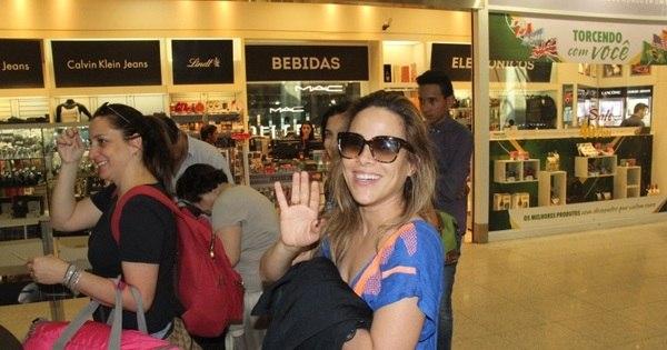 Bem humorada, Wanessa Camargo é cercada por fãs em aeroporto ...