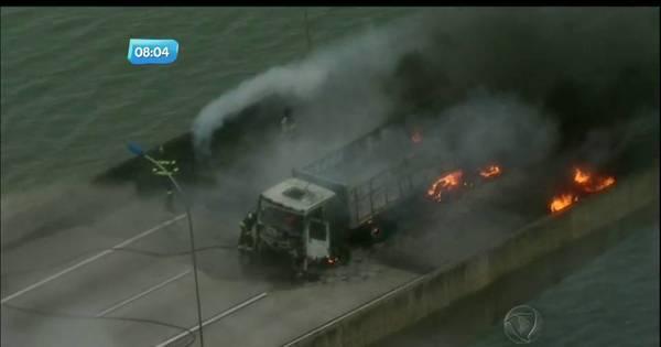 Acidente entre carretas e carros causa incêndio e bloqueia Rodoanel