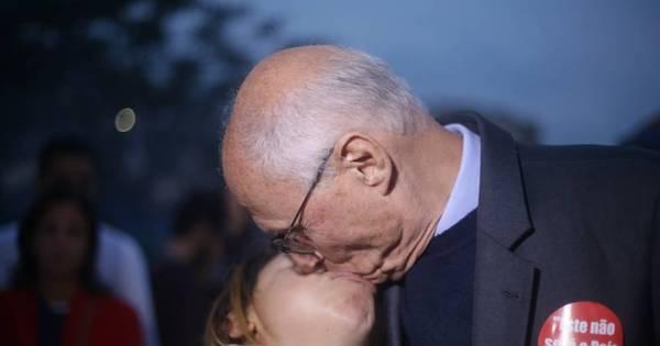 Suplicy é flagrado beijando manifestante durante protesto na zona ...