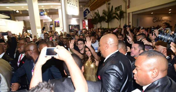Anitta causa tumulto em feira de beleza em São Paulo - Fotos - R7 ...