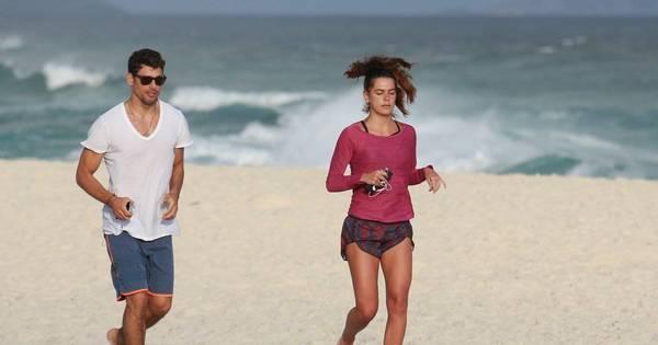 Cauã Reymond e Mariana Goldfarb correm em praia do Rio de ...
