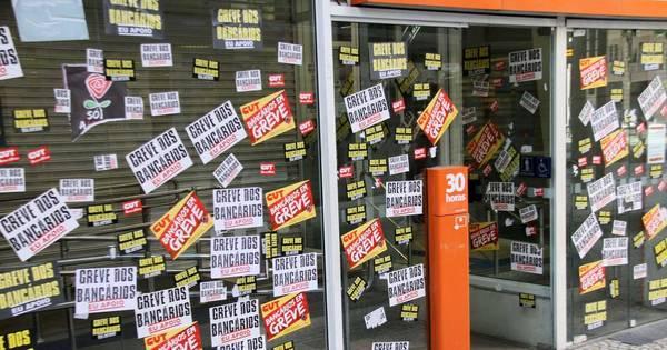 Com metade das agências fechadas, greve dos bancários completa ...