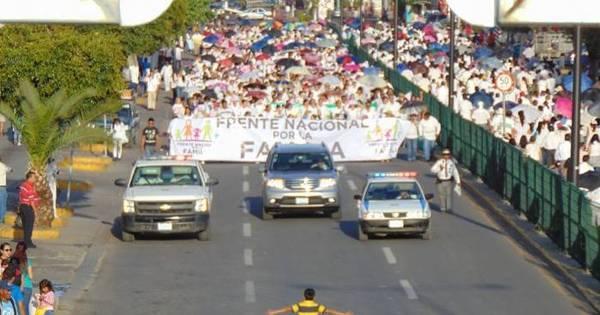 Menino tenta parar marcha contra casamento gay no México ...
