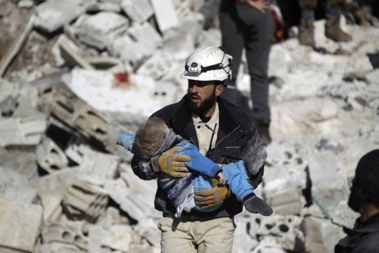 Os moradores também falaram sobre ataques de helicópteros que usaram bombas feitas com barris de petróleo, uma tática geralmente atribuída ao Exército sírio