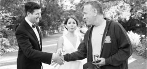 Tom Hanks surpreende noivos e posa para fotos
