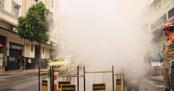 Bueiro solta fumaça e bombeiros isolam rua no centro - Notícias ...