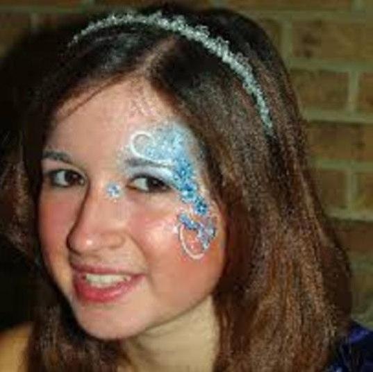 Aconteceu o seguinte: aos 22 anos, Louisa recebeu, na festa de formatura da faculdade, um convite desse ex-aluno da mesma escola que ela