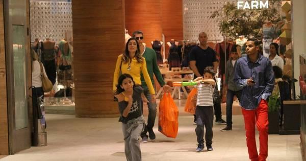 Tamanho família! Márcio Garcia passeia com a mulher e os quatro ...