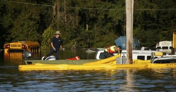 Centenas de pessoas estão presas em enchentes nos EUA após ...