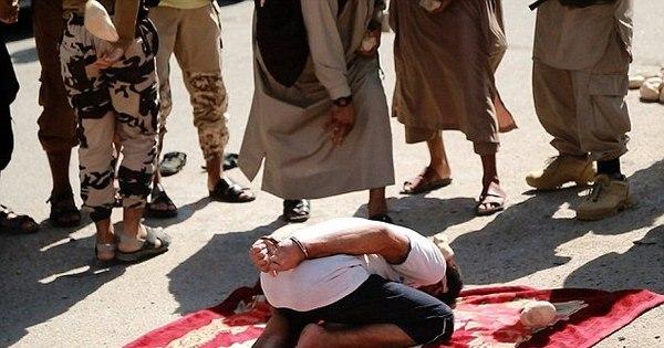"""Em execução brutal, Estado Islâmico apedreja """"adúlteros"""" até a ..."""