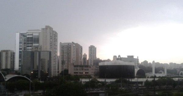 Forte chuva atinge São Paulo e prejudica trânsito e transporte público