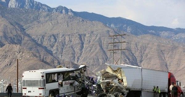 Batida entre ônibus e caminhão deixa ao menos 13 mortos e 31 ...