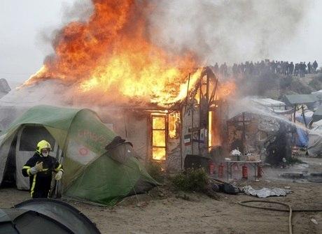 Vários barracos são incendiados durante evacuação em Calais