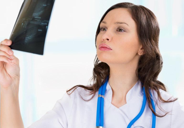 Mulheres devem tratar a incontinência urinária com o urologista.  VERDADEO urologista é o médico responsável por questões relacionadas a disfunções miccionais tanto em homens como em mulheres