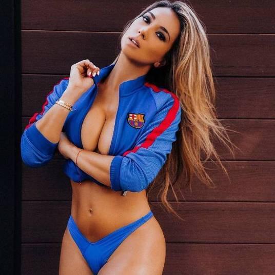 A modelo brasileira Livia Gullo está deixando os torcedores do Barcelona de todo o mundo babando sem parar! Isso porque a bela não para de postar fotos para lá de sensuais com o uniforme do clube catalão
