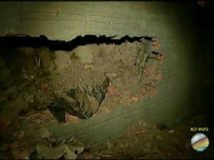 Os bombeiros encontram o corpo da vítima após denúncias de vizinhos da construção que sentiram um cheiro forte vindo do local abandonado. A identificação do corpo de Jéssica aconteceu por meio de um exame da arcada dentária da jovem, realizado pela Unicamp (Universidade Estadual de Campinas)