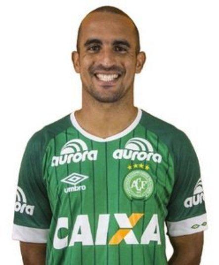 Nome: GilPosição: VolantePerfil:José Gildeixon Clemente de Paiva, o Gil, nasceu no dia 3 de setembro de 1987 (29 anos), em Santo Antônio (RS)