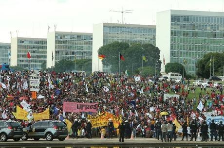 Manifestantes se dispersam após PM usar bombas de gás lacrimogêneo