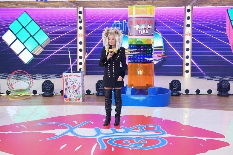 Para a alegria dos fãs, a Rainha tira do armário as suas botas, ombreiras e xuquinhas, além do clássico microfone
