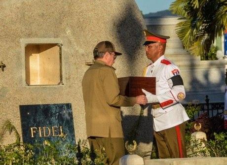 Raúl Castro deposita cinzas de Fidel em mausoléu em Cuba