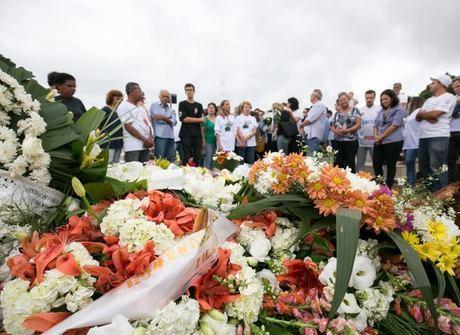 Jornalistas vítimas do voo são enterrados em suas cidades