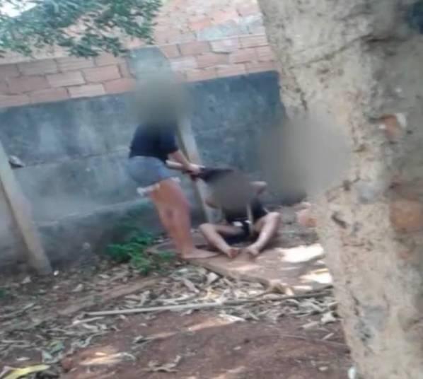 A Polícia de Goiás apreendeu, no dia 10 de outubro, quatro adolescentes suspeitas de torturar com pauladas, socos e facadas uma menor, de 13 anos, que ainda foi obrigada a abrir a própria cova no quintal da casa onde foi mantida refém. O caso aconteceu em Trindade, na região metropolitana de Goiânia (GO).  Um vídeo mostra em detalhes a vítima, supostamente interessada no namorado de uma das agressoras, amarrada, com as mãos para atrás. A tortura durou cerca de quatro horas. A vítima conseguiu fugir em um momento de distração das agressoras e pediu ajuda para uma vizinha, que chamou a polícia