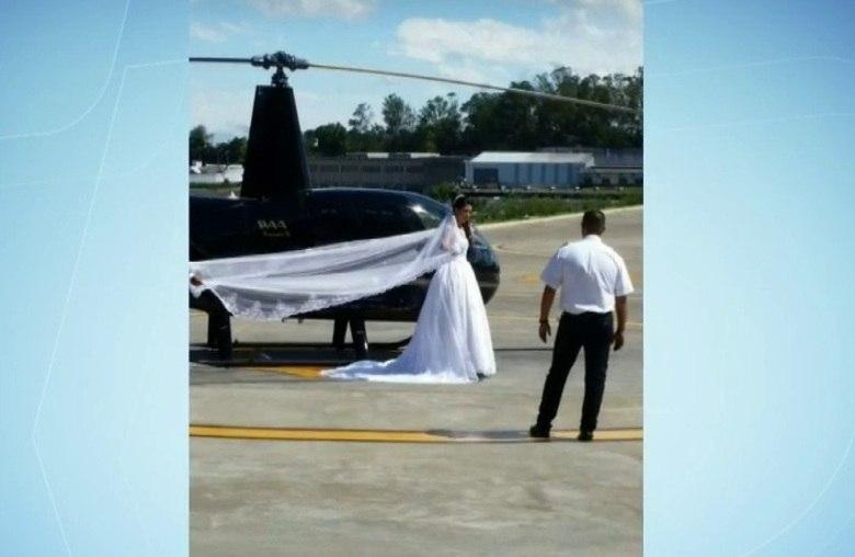 Um helicóptero caiu em uma região de mata fechada perto da estrada da Barrinha, em São Lourenço da Serra, na Grande São Paulo, por volta das 16h deste domingo (4). A aeronave, modelo Robinson R-44, seguia para a cerimônia de casamento a 2 km do local da queda. A noiva queria fazer uma surpresa na cerimônia. No acidente, morreram a noiva (foto), o irmão dela, a fotógrafa — que estava grávida — e o piloto. A seguir, você conhece as vítimas da tragédia