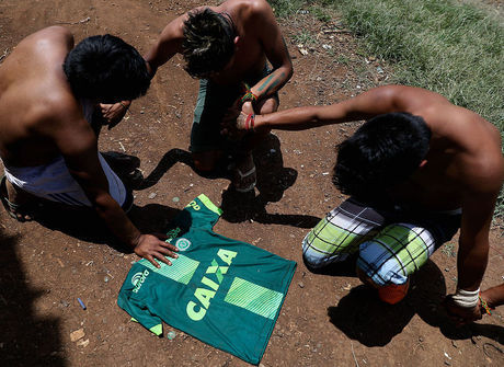 Índios da tribo Condá choram tragédia do time da Chapecoense