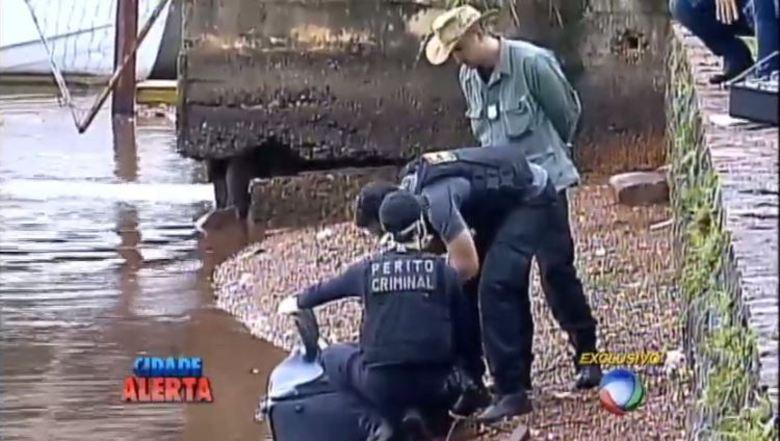 Em Brasília (DF), um corpo foi encontrado dentro de uma mala que boiava no Lago Paranoá. O corpo, que estava em posição fetal, com pés e mãos amarrados e um saco plástico na cabeça era de Ivonilson Menezes da Cunha, de 39anos. A vítima havia sido condenada por pedofilia em 2011, após assediar e oferecer dinheiro a um menino de 13 anos em troca de sexo. Poucos dias após a prisão, Ivonilson foi colocado em liberdade provisória.A polícia investiga se o crime tem relação com o caso de pedofilia ou se foi um acerto de contas. O homem era conhecido no bairro onde morava por 'gato de botas', apelido comum a estelionatários.