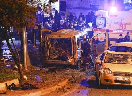 Carro-bomba explode perto de estádio e mata pelo menos 13