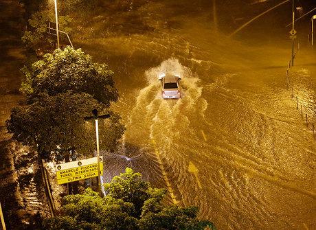 Chuvas alagam ruas, causam destruição e deixam um morto