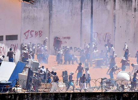 Veja imagens da batalha campal na penitenciária de Alcaçuz