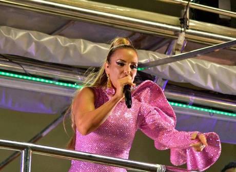 Ivete Sangalo usa rosa para abrir<br />o Carnaval na cidade de Salvador