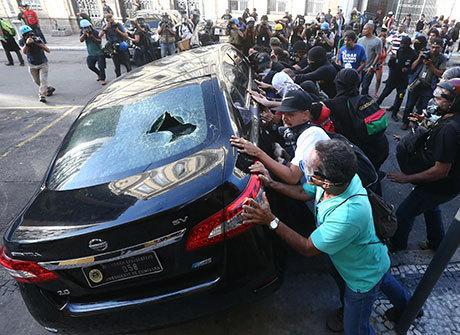 Servidores protestam após Alerj elevar contribuição previdenciária