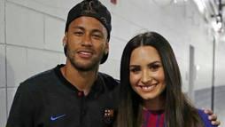 Neymar e Demi Lovatosão vistos juntos em show nos Estados Unidos ()