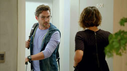 Sem suportar a distância, Benjamin aparece de surpresa na casa de Zoe ()