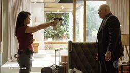 Natália dá voz de prisão ao pai após descobrir sobre esquema fraudulento ()