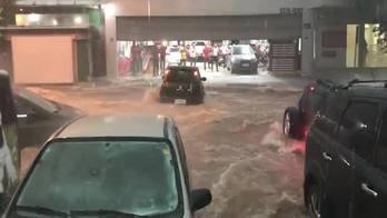 __Carros são levados pela enxurrada durante enchente em BH__ (Reprodução)