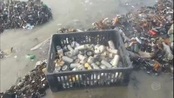 __Pescadores se surpreendem com  lixo jogado no mar do litoral de SP__ (Reprodução)