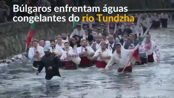 Búlgaros ortodoxos celebram feriado em rio congelado