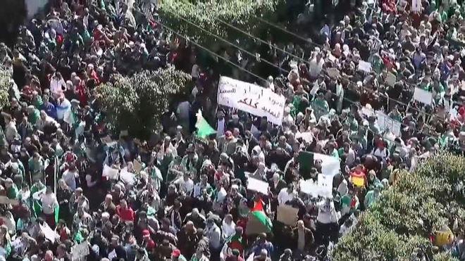 Milhares de argelinos protestam apesar de renúncia de Bouteflika
