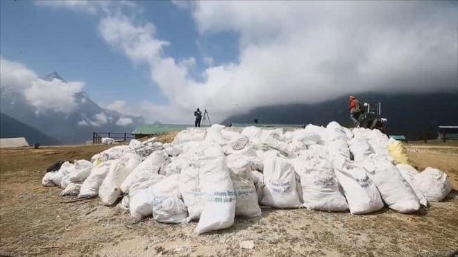 Alpinistas fazem operação de limpeza no Everest
