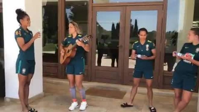 Meninas da seleção brasileira cantam Sandy e Junior na França