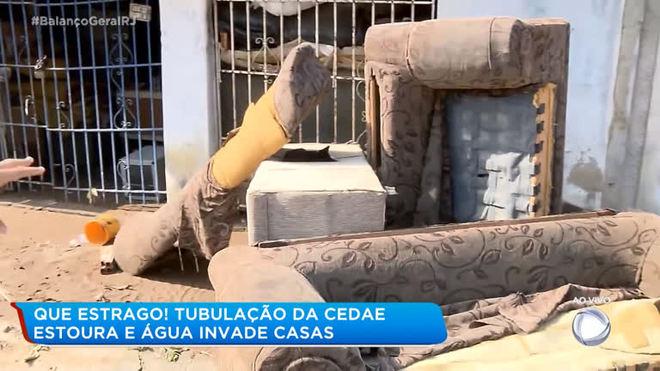 Água invade casas após tubulação da Cedae romper em Nova Iguaçu